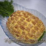 Салат с курицей и орехами Ананас