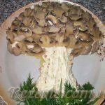 Салат с колбасой и шампиньонами Гриб
