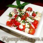 Салат из свежих помидоров с майонезом и брынзой