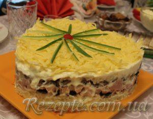 Слоёный закусочный торт с курицей, черносливом и шампиньонами