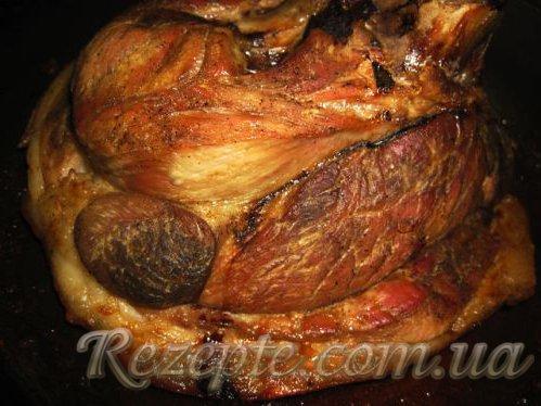 Запеченная свиная рулька в вине