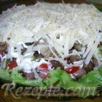 Салат с помидором и свининой