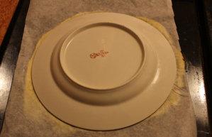 Раскатать тесто и сформировать корж с помощью тарелочки