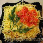 Салат из семги с копченым сыром