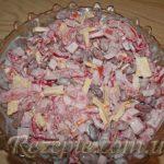 Салат с колбасой и красной фасолью