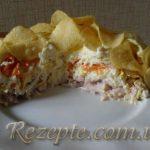 Салат с копченой курицей и чипсами