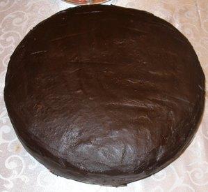 Охладить глазурь и нанести на поверхность торта.